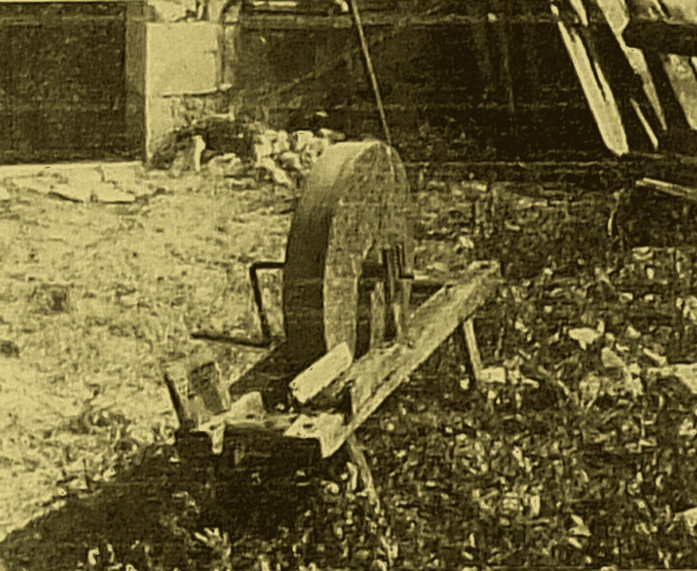 Meule à aiguiser montée sur un châssis construit avec les restes du métier à tisser du dernier tisserand Pierre Bernardeau à Chez Bernardeau, commune de Champniers (Vienne). (cliché M. Valière 1974)