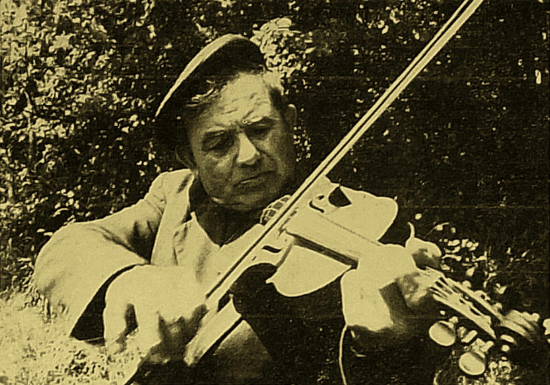 Agénor ARLOT, cultivateur, violonneux routinier, chanteur, conteur CLURE-les-BOIS (Vienne). (cliché M. Valière Juin 1972)