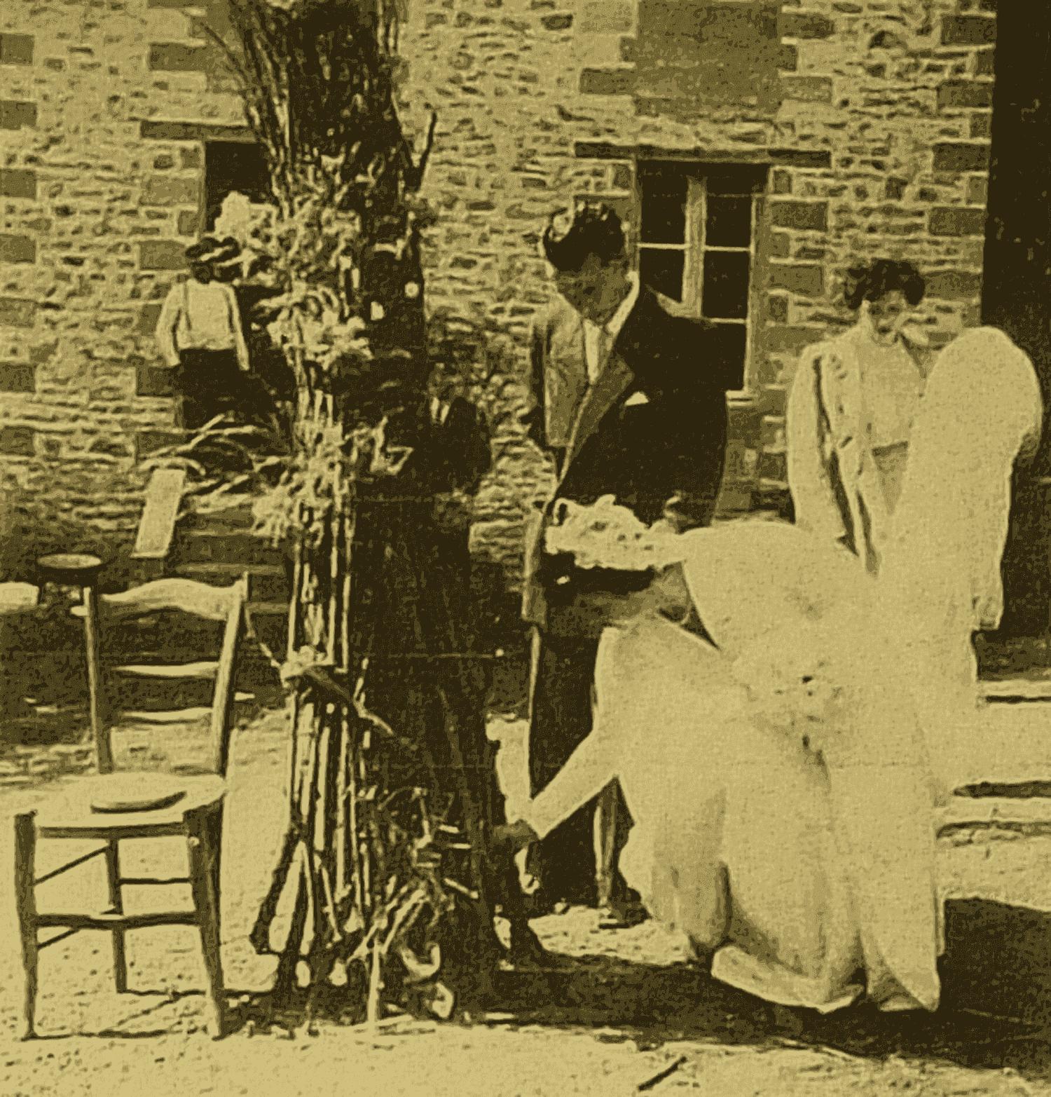 Feu de joie, 1951, au moulin de Saix, commune de Champagné Saint-Hilaire. Mariage de Raymond FAIDEAU et Micheline BRILLANT.