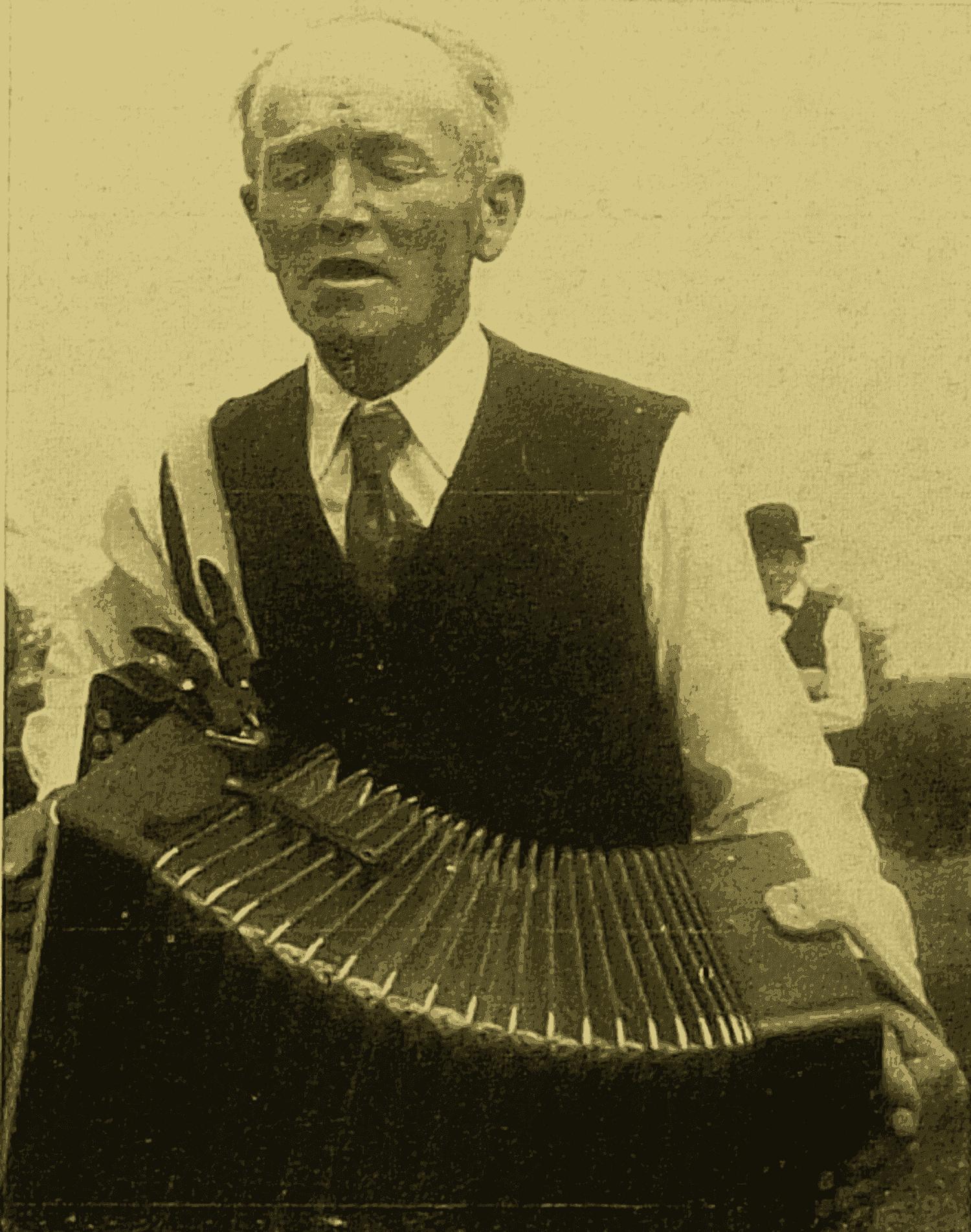 Albert GUILLET, accordéon diatonique à CHIRÉ-les-Bois (Vienne). (cliché M. Valière 1967)