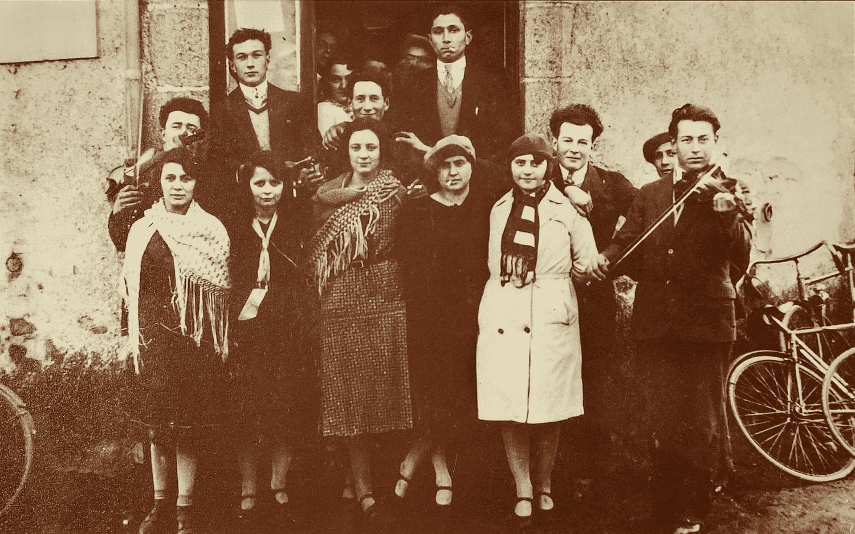 La Croix de la Chaltière (Jouctard). Courlay (79).1929. Groupe de jeunes arec les violoneux. À gauche : Albert Girardeau (Abbé). St-Marsault (79). À droite : Alfred Talon. St-Marsault. Au 1er rang au centre : Suzanne Pineau sa future femme.