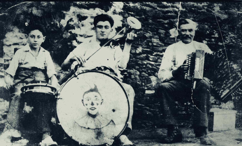 Maximin Rambault, au centre, avec son père et son frère