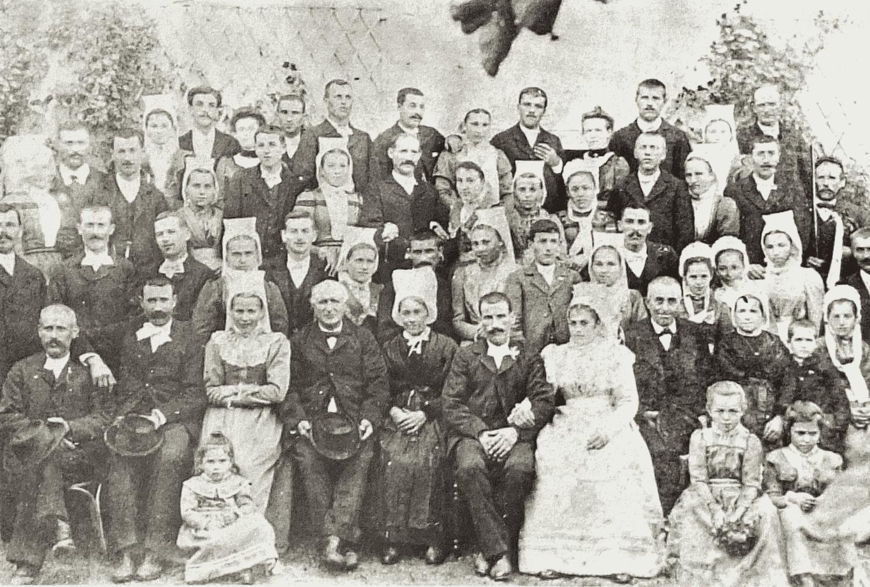 Photo de la noce des parents de Mme Micheneau Aline (vers 1900). A remarquer en haut, à droite, le violoneux, M. Tisserant, duquel Paul héritera le violon.
