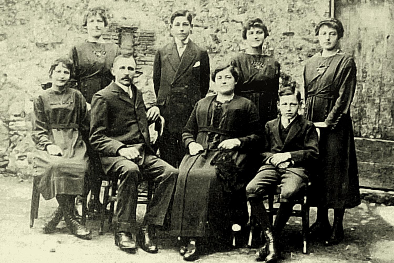 La famille Talon : parents, frère, sœurs d'Alfred (Alfred en bas à droite). La Chauvelière de St-Marsault – 1920.