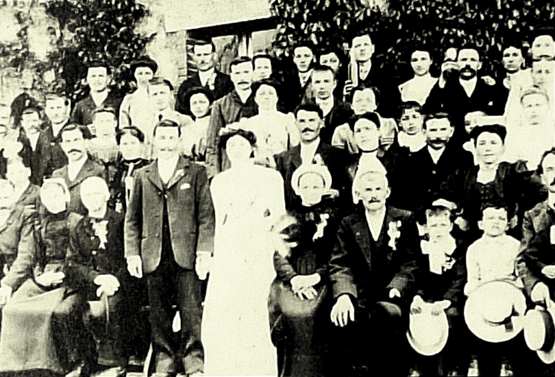 Route de la Ronde, St-Marsault (79), 1914. Mariage de Narcisse Talon et Marie Tricouard. Les mariés tenaient le café-tabac de St-Marsault. Alfred Talon est le 3e enfant en bas à droite.