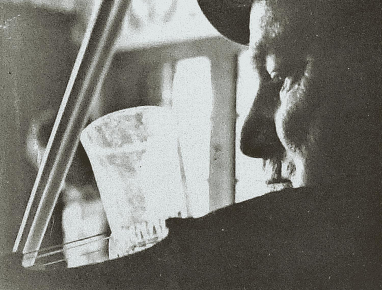Air pour imiter le cor de chasse. Mettre un verre sur le violon. Le remplir de bon vin. Boire le vin en jouant. Essayez !