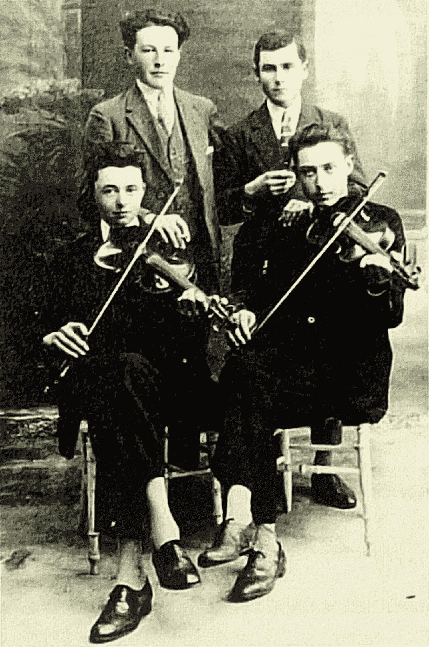 St-Pierre-du-Chemin (85). 1926. Studio Denis, photographe d'art. Portrait de 4 jeunes gens dont 2 violoneux : Albert Girardeau (à gauche) et Alfred Talon (à droite) de St-Marsault.