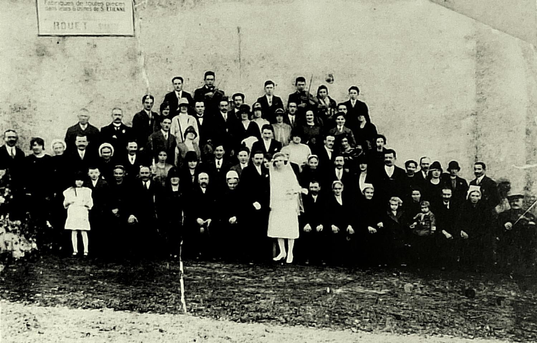 Mariage de Joseph Talon : photographie du groupe – 1927. Aux violons : en haut de gauche à droite Alfred Talon et Albert Girardeau de St-Marsault (79) En bas à droite Baptiste Girard de la Forêt-sur-Sèvre (79).