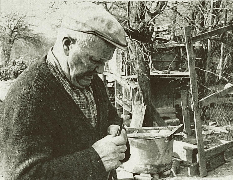 Comme tout cultivateur Paul savait fabriquer les paniers. 1. A l'aide du « moc-de-lièvre », il sépare un brin d'osier (un « z'oisi » en 4 parties). 2. Il hisse chacun de ces brins obtenus. 3. Il tisse ensuite ces brins dans l'armature de châtaignier qu'il a constituée auparavant.