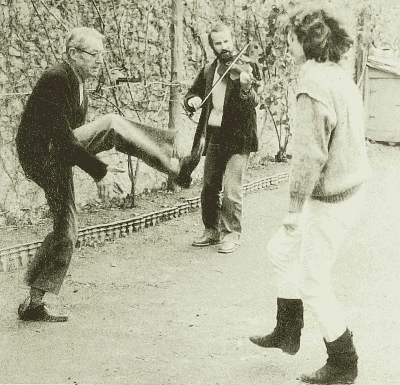 Boulevard Maréchal Joffre. Bressuire (79), 1984. Alfred, chez lui, montrant l'avant-deux aux animateurs de l'ARCUP.