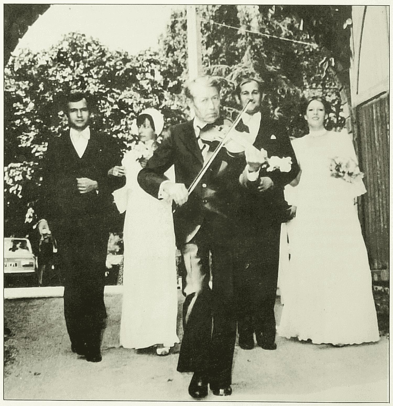 Cerizay (79). 22 juillet 1978. Auberge du Cheval Blanc. Alfred Talon au violon menant 2 couples de mariés.