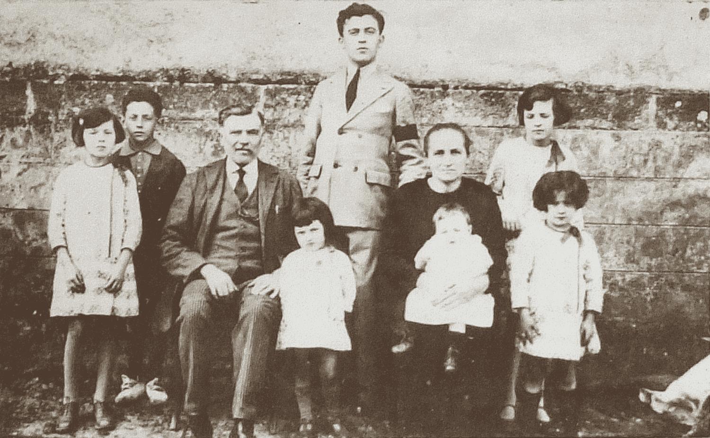 La famille Rambault, aux Essarts (vers 1925). Entre ses parents se tient, debout, Maximin, portant un brassard noir pour marquer le deuil de son frère.