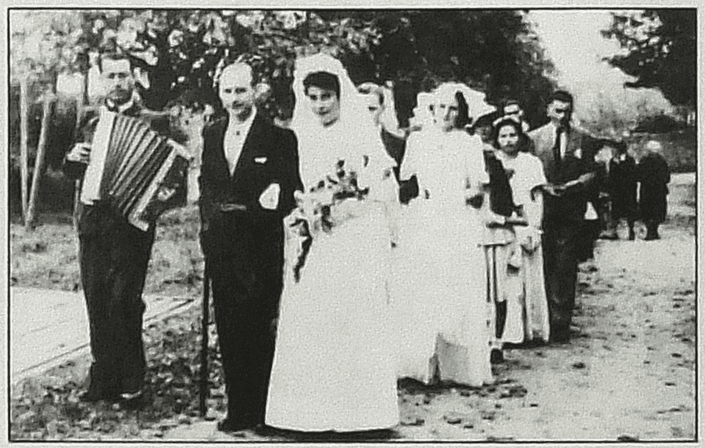Cirières (79), vers 1945-46. Cortège de noces. Accordéon : Alfred Talon - le marié : Gilbert Guillet.