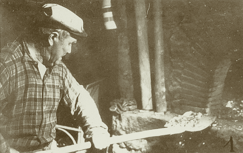 Paul est un des derniers à faire cuire ses « galettes de Pâques » au four. Après avoir fait brûler des fagots devant le four, il glisse les braises dans celui-ci, puis quand les pierres sont chaudes (elles deviennent blanches) il ôte les braises à l'aide d'une pelle (1) puis d'un chiffon (2).