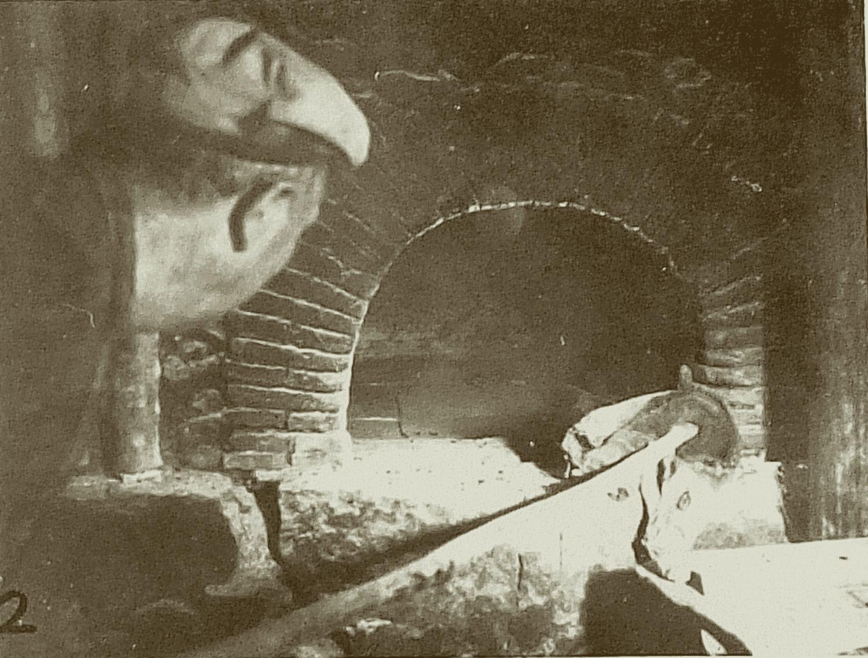 [Cuisson des galettes de Pâques » au four, suite.] Après avoir fait brûler des fagots devant le four, il glisse les braises dans celui-ci, puis quand les pierres sont chaudes (elles deviennent blanches) il ôte les braises à l'aide d'une pelle (1) puis d'un chiffon (2).