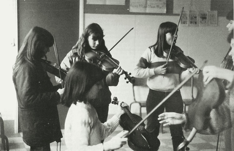 L'atelier de violon du Collège de Gençay. Cliché Michel Valière, janvier 1983.