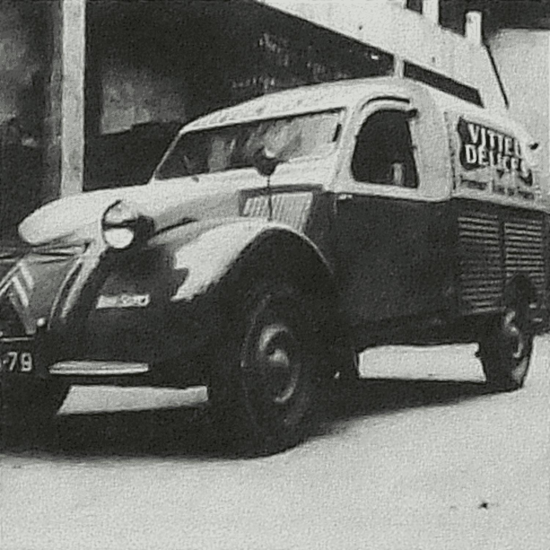 Boulevard Maréchal Joffre. Bressuire (79), vers 1960. La 2 cv de livraison des boissons appartenant à Alfred Talon.