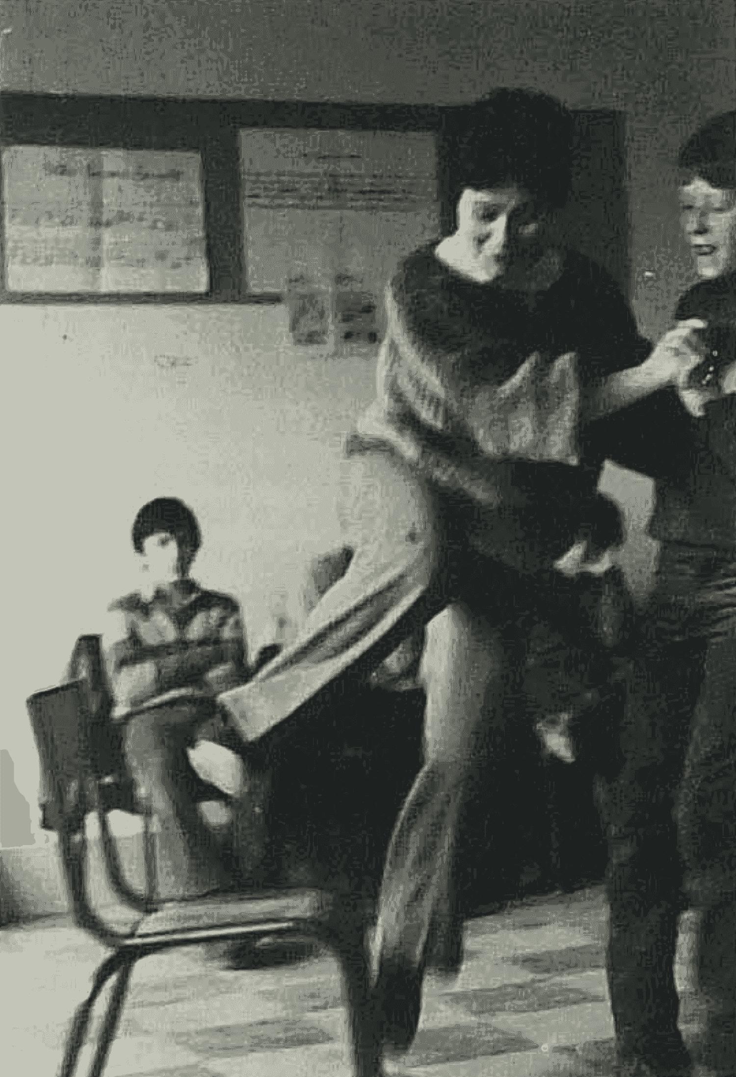 Professeur et élèves s'exercent à la « polka par-dessus la chaise », danse recueillie auprès de la grand-mère de Marie-France Gourdonneau et du grand-père de Philippe Potonnet (5e D). Cliché Michel Valière, janvier 1983.