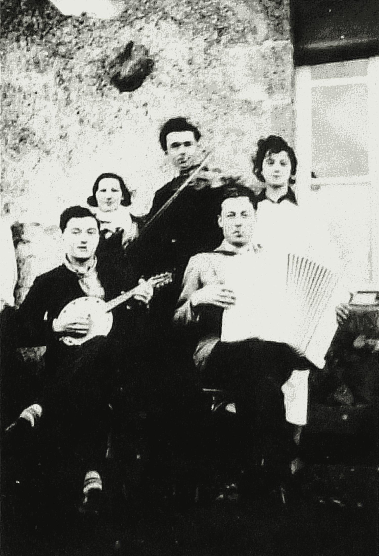 """Musiciens et leurs amies. vers 1934. La Croix de la Chaltière (Jouctard), Courlay (79). Banjo : Rémi Bedon (Cerizay) – Violon : Albert Girardeau dit """"Abbé"""" (St-Marsault) - Accordéon : Alfred Talon, Courlay (70) – derrière lui, Suzanne Pineau, sa femme"""