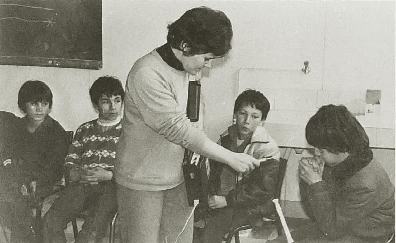 François Demay (6e C) imite le cri de la chouette. Cliché Charente Libre. Février 1983.