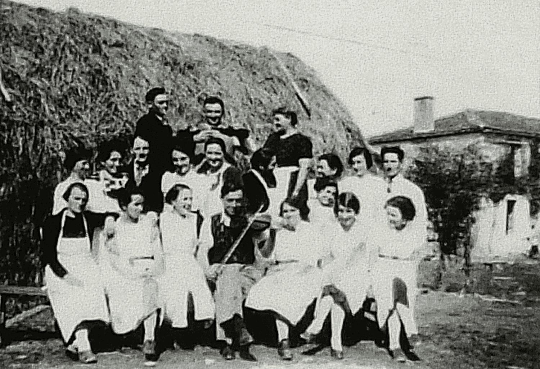 La Burelière - Moncoutant - 1937-1940. A l'occasion d'un mariage, serveurs et serveuses entourant le musicien. Violon : Alfred Talon - Courlay (79).