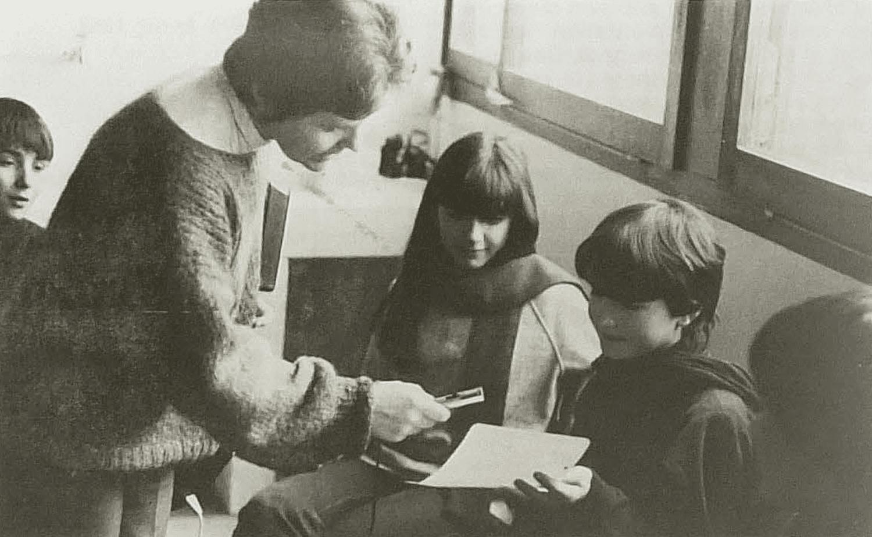 En classe de 5e D, Michèle Valière recueille une chanson de noces rapportée par une élève. Mireille Multeau. Cliché Michel Valière, janvier 1983.