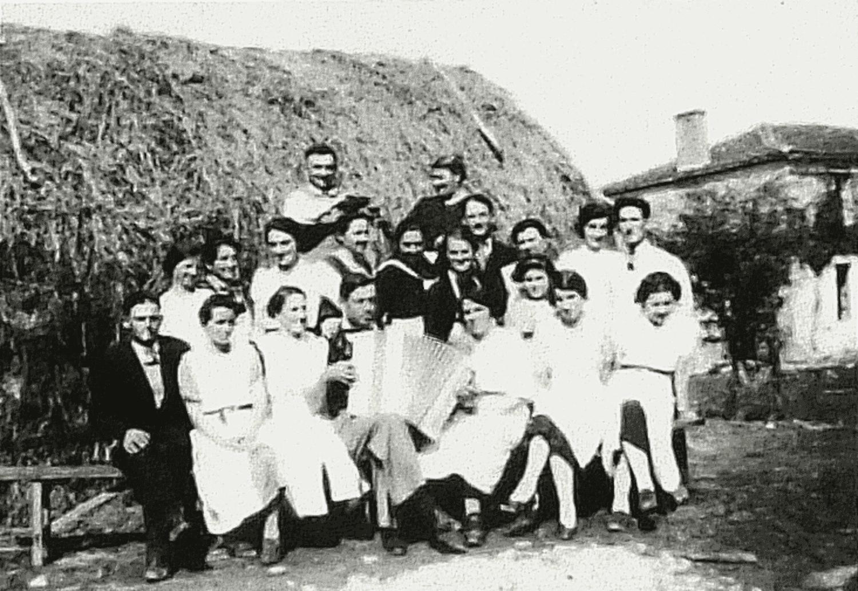 La Burelière - Moncoutant - 1937-1940. A l'occasion d'un mariage, serveurs et serveuses entourant le musicien. Accordéon: Alfred Talon - Courlay (79).
