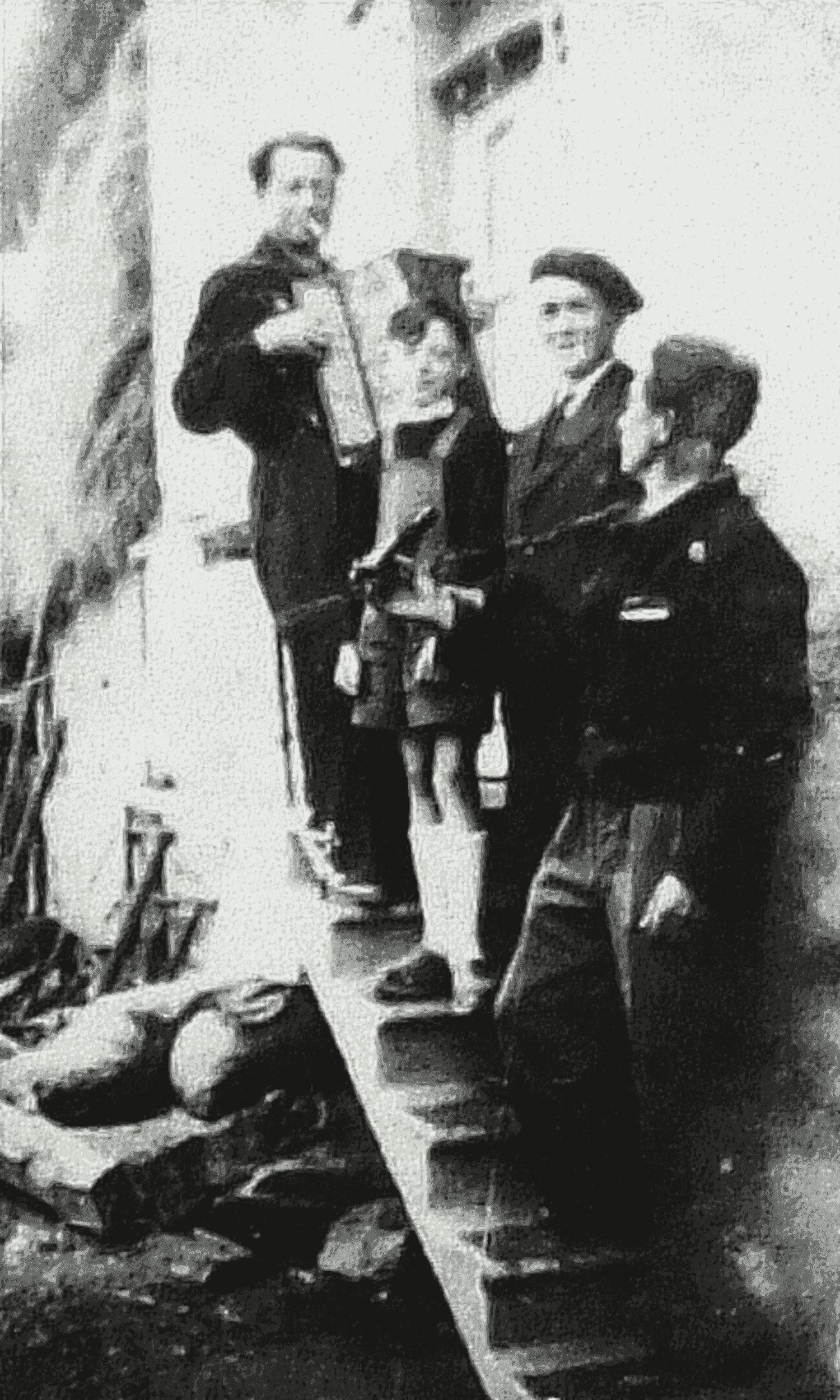 La Croix de la Chaltière (Jouctard), Courlay, vers 1948. Alfred Talon et son accordéon avec des amis et son fils.