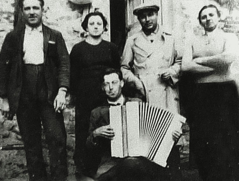 La Croix de la Chaltière (Jouctard), Courlay, 1927. Alfred Talon et son accordéon avec des amis, sa femme (en haut à gauche) et sa belle-mère (à droite).